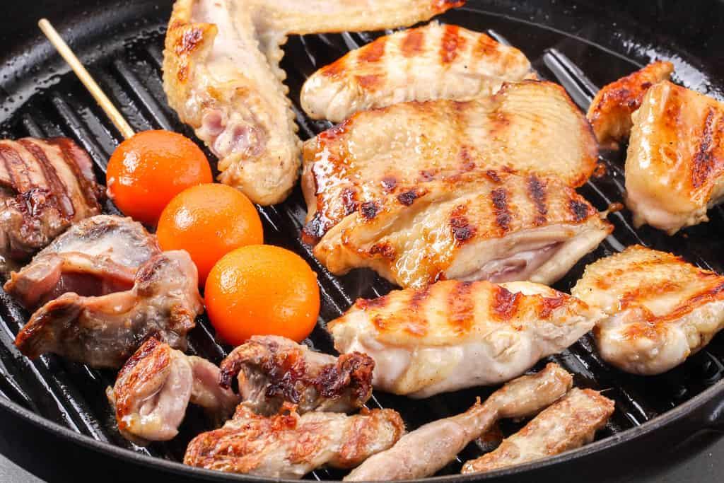 staubのグリルパンで焼いた比内地鶏のモモ肉・ムネ肉・ササミ・せせり・手羽先・皮・ぽんじり・ハツ・レバー・砂肝・きんかん・卵管