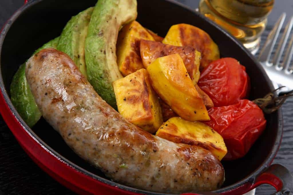 フライパンでソテーしたhayariのチョリソメヒカーナとグリル野菜