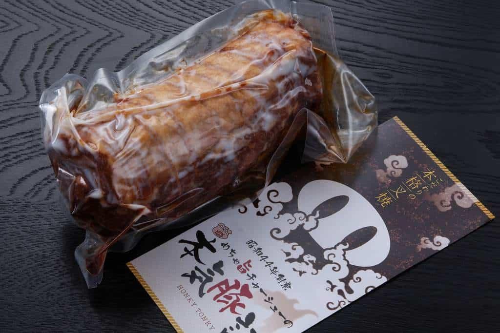 富山こだわり煮豚700gのパッケージと「本気豚記」のパンフレット
