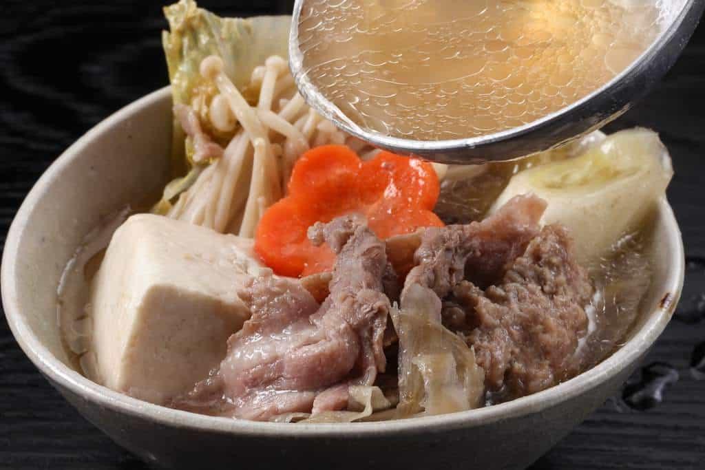鴨肉と鴨肉つみれと野菜を器に盛り付け