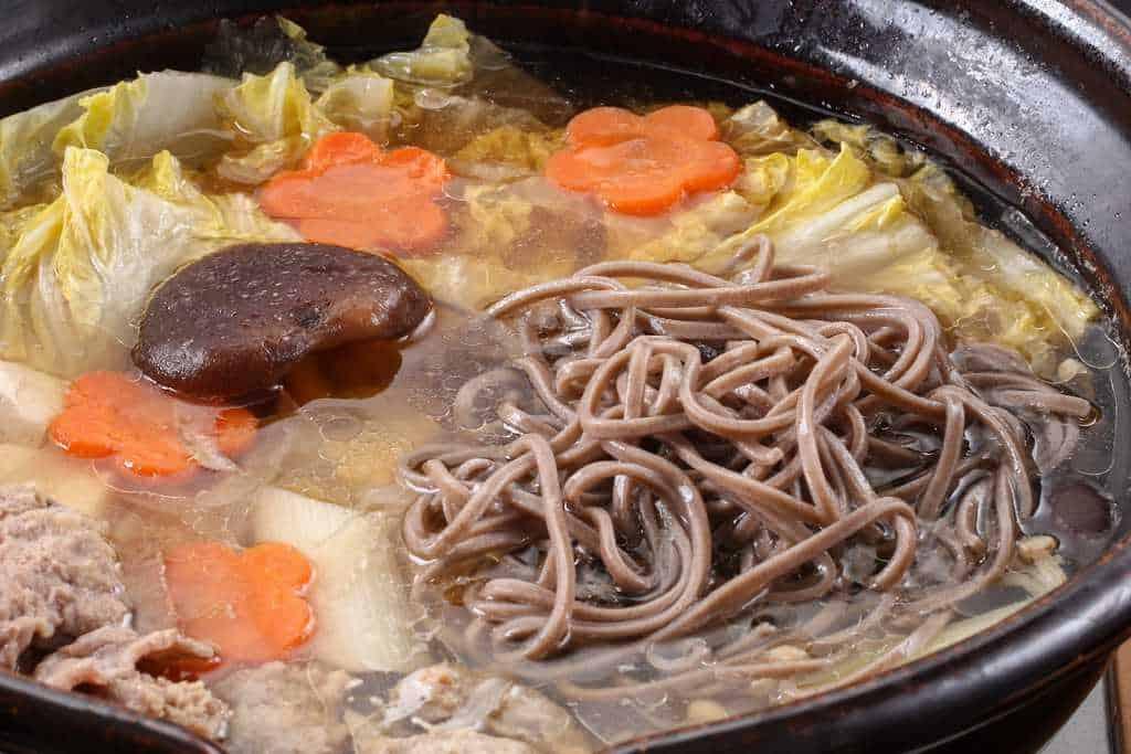 鴨鍋のしめ「出雲そば」を土鍋に入れて茹でる