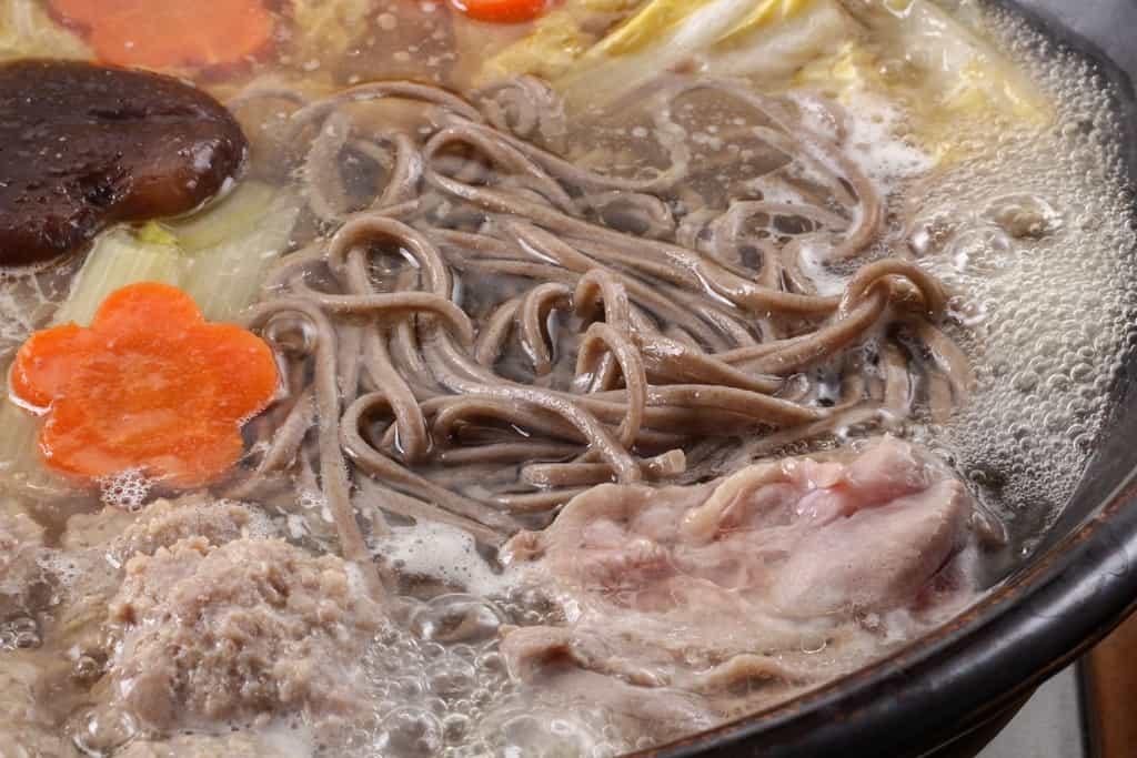 鴨鍋のしめ「出雲そば」を土鍋で茹でる