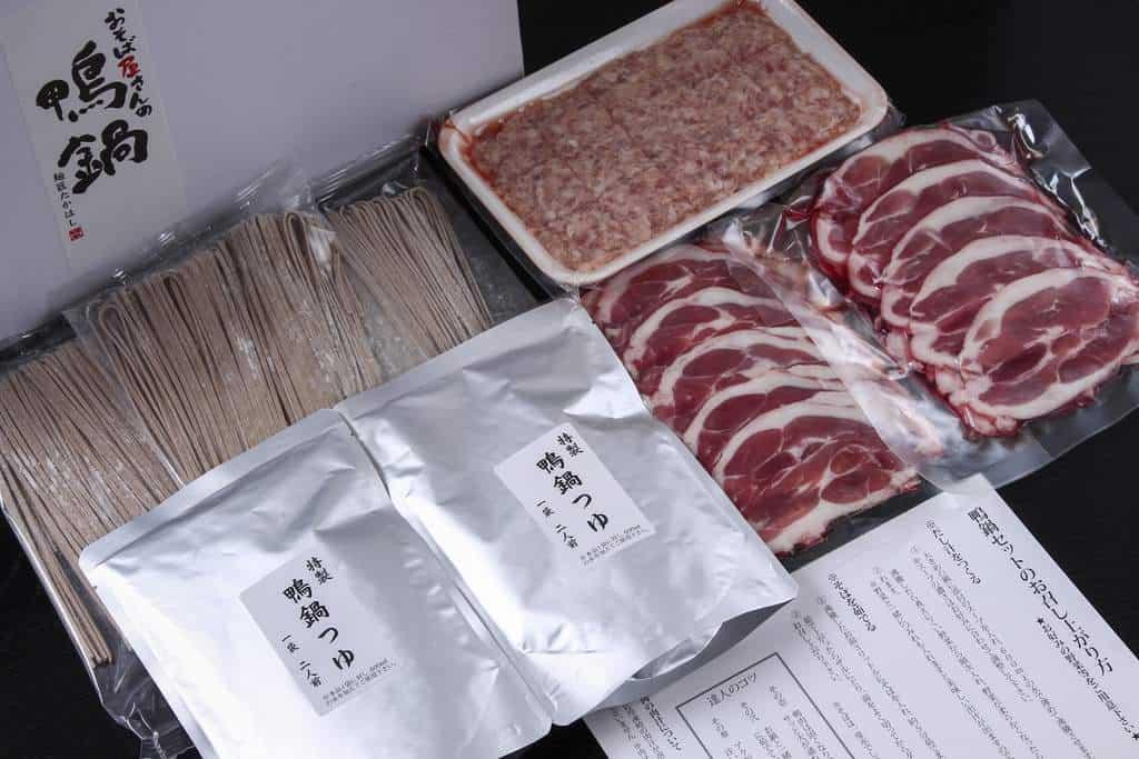 お取り寄せしたおそば屋さんの鴨鍋セットの内容(鴨肉・鴨肉つみれ・出雲そば・鴨鍋つゆ)、通販かも鍋セット