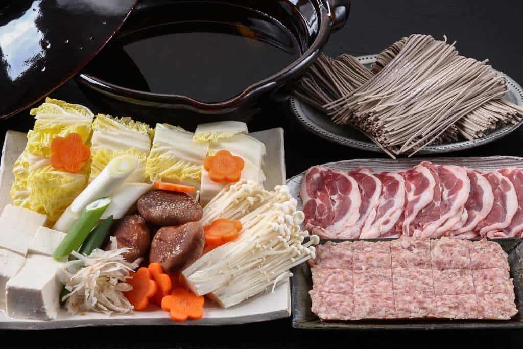 鍋料理の支度、鴨肉や野菜やそばなど鍋用具材を並べて