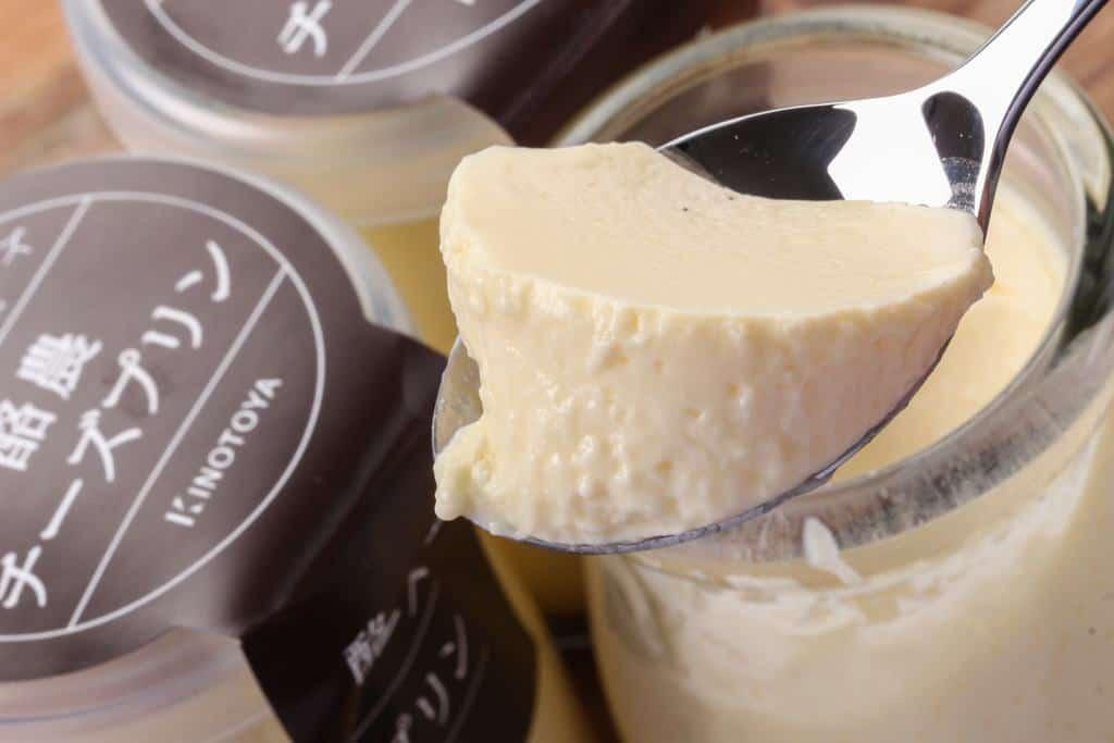 スプーンに乗った「きのとや」の酪農チーズプリン