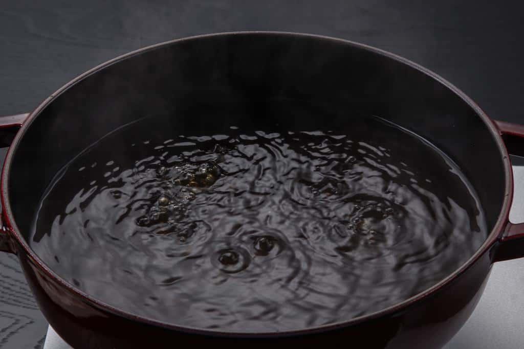 鍋で沸かしているおでんのつゆ