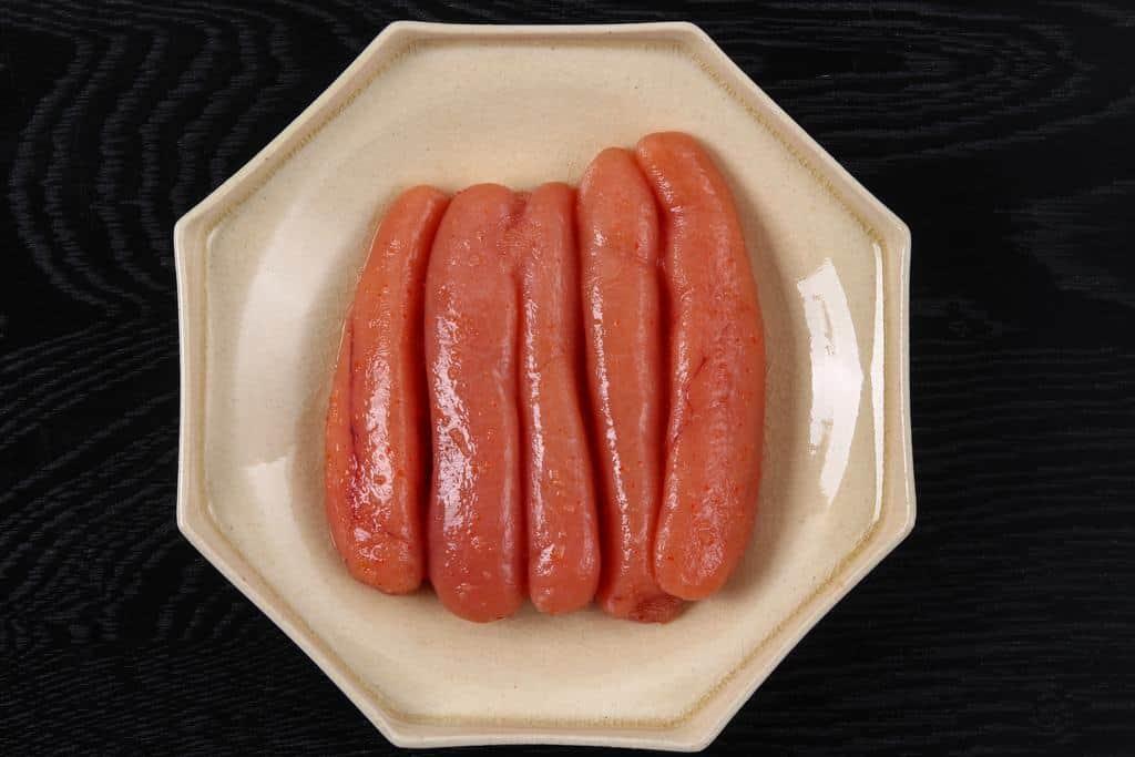 皿に盛り付けた島本の「釣り子 辛子明太子」