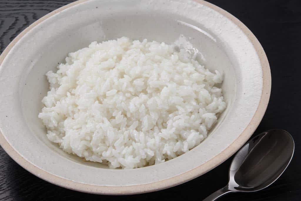 カレー皿に盛り付けた白いご飯