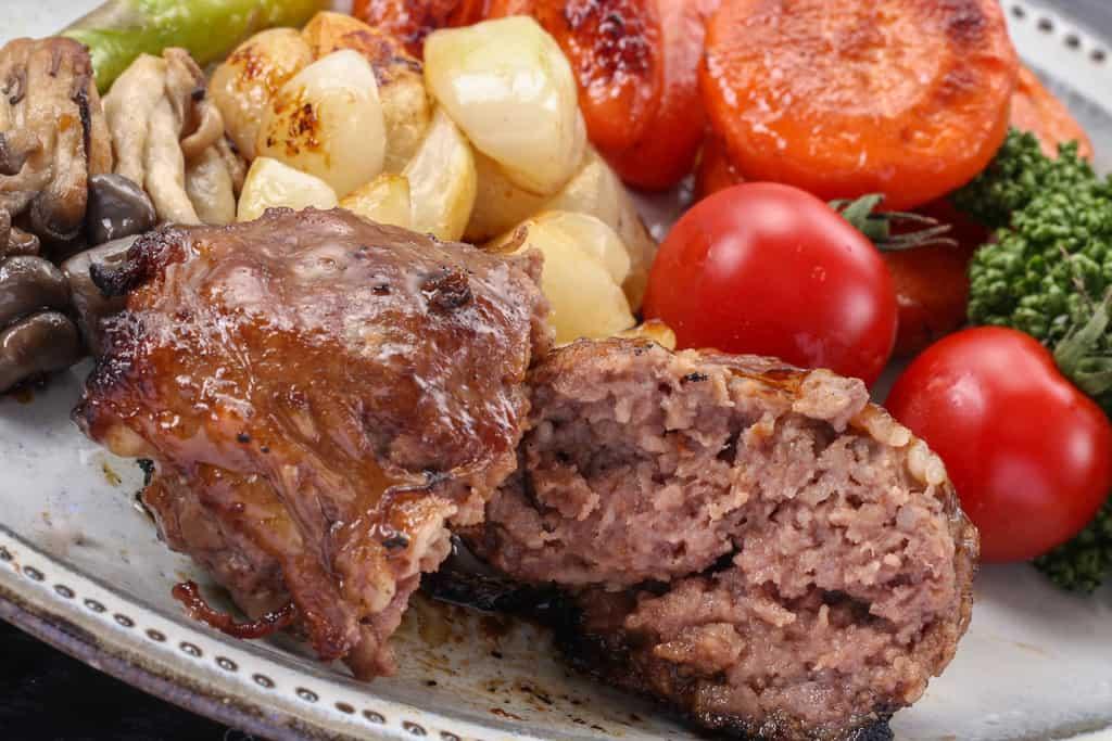フライパンでソテーした黒毛和牛ハンバーグを半分にカット