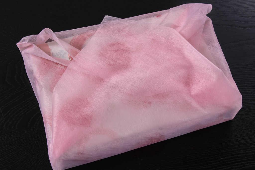 阿波牛の藤原から届いた不織布の風呂敷に包まれた黒毛和牛霜降りハンバーグ8個入り