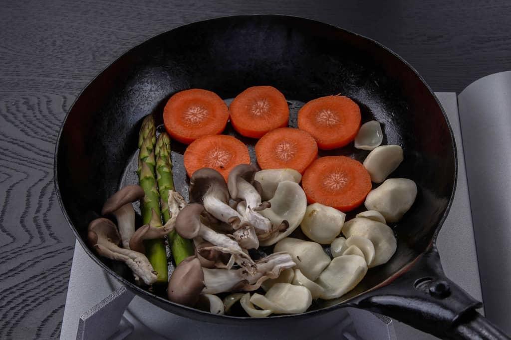 フライパンで焼くハンバーグに付け合せる野菜