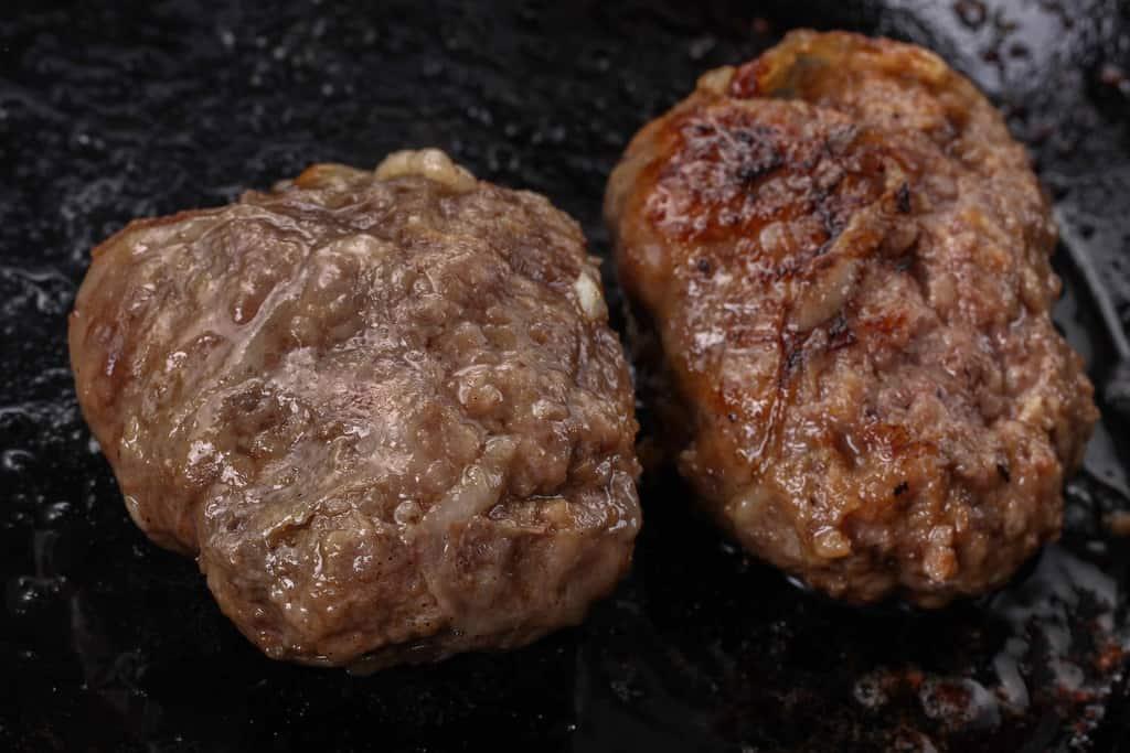 フライパンの上でソテーする2個の黒毛和牛ハンバーグ
