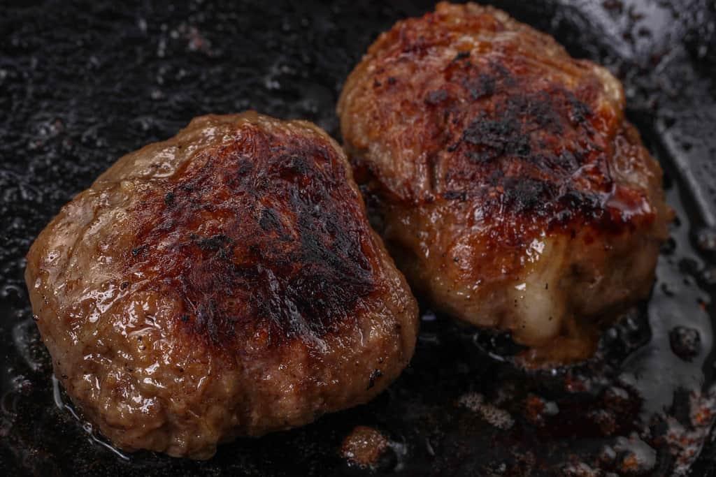 こんがりと焼きあがった黒毛和牛ハンバーグ