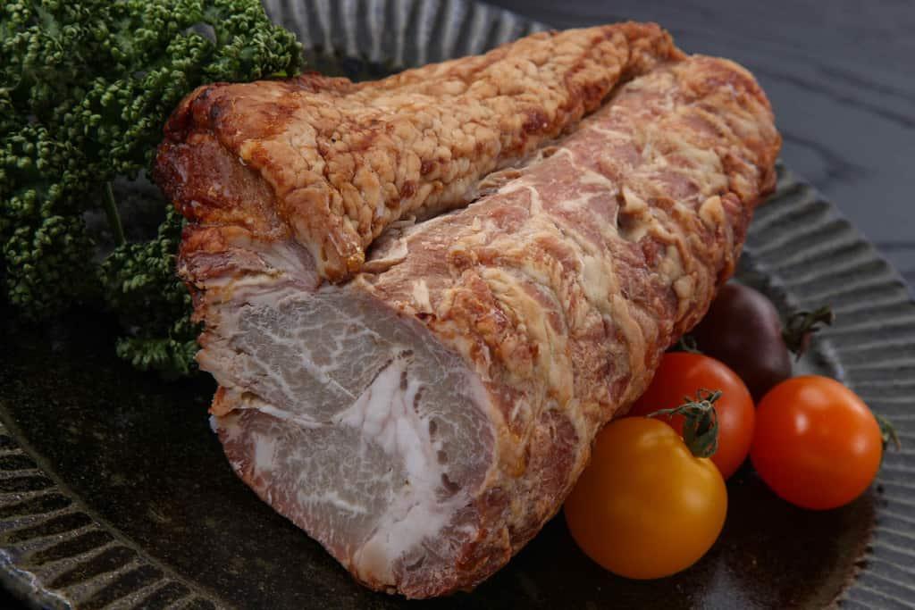 皿に盛り付けた益生號の焼豚ロース450g