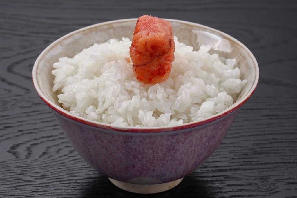 白いご飯の上にひと切れの辛子明太子