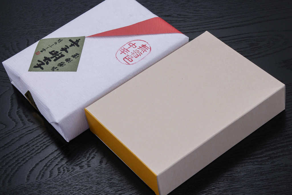 博多ふく富の無着色辛子明太子「萬両極味」の包装紙と化粧箱