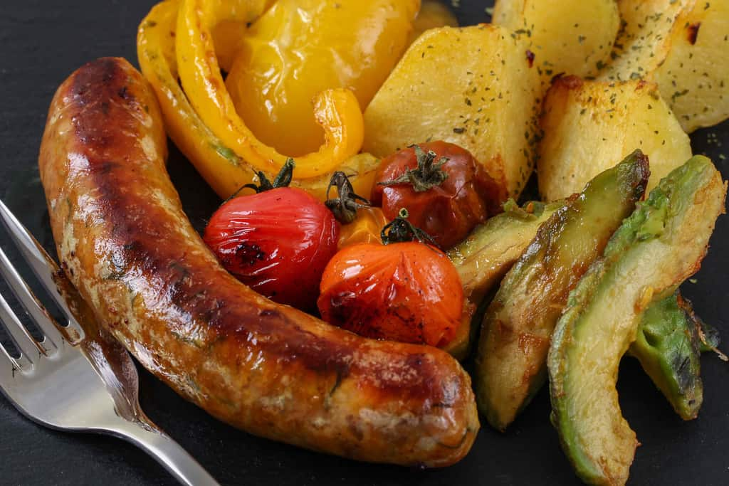 野菜と一緒に皿に盛り付けたタイのソーセージ「サイウア」