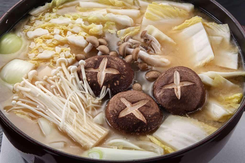 石狩鍋のスープに野菜をたっぷり入れる