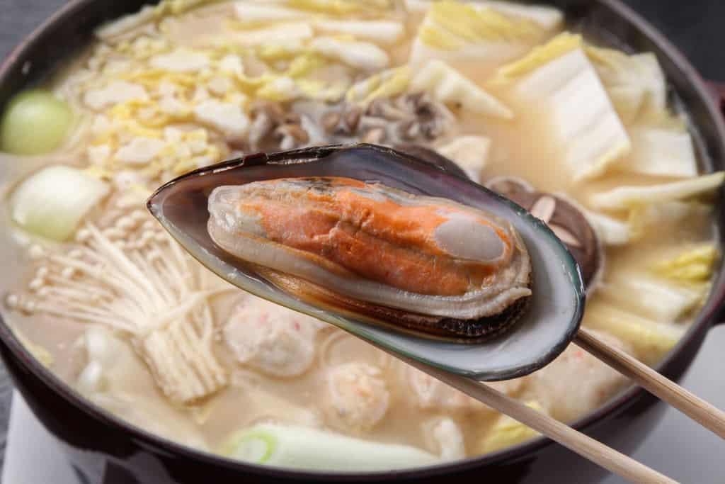 パーナ(ムール)貝を石狩鍋に入れる