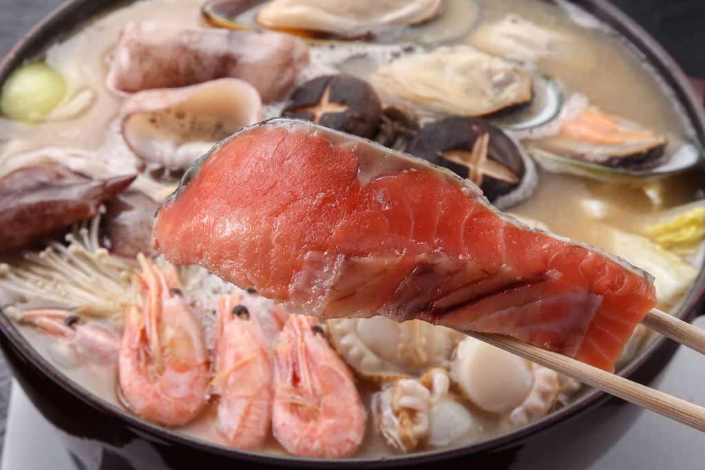 秋鮭を石狩鍋に入れる