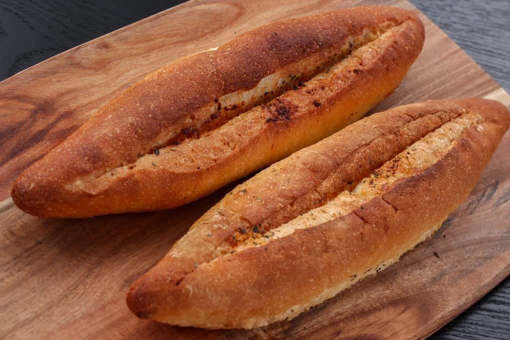 オーブンで焼いた島本の明太フランスパン2本