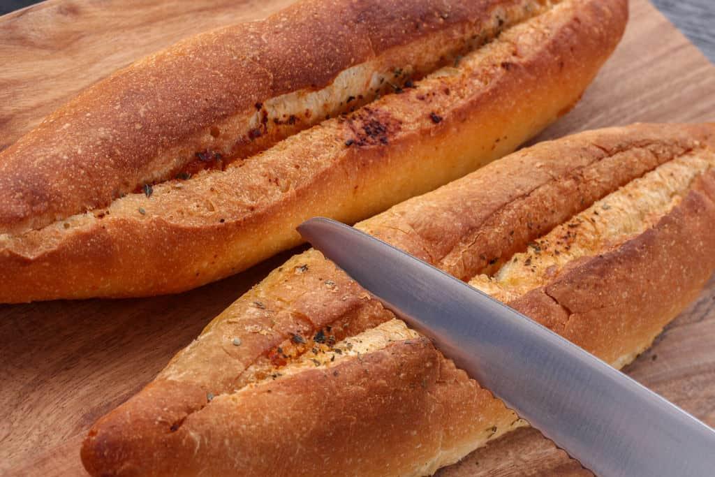 島本の明太フランスパンをパン切り包丁でカット