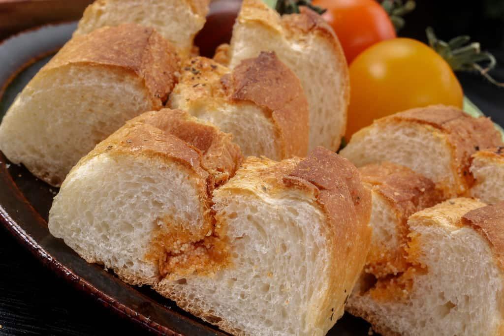 島本の明太フランスパンをカットして5切れを皿に盛り付け