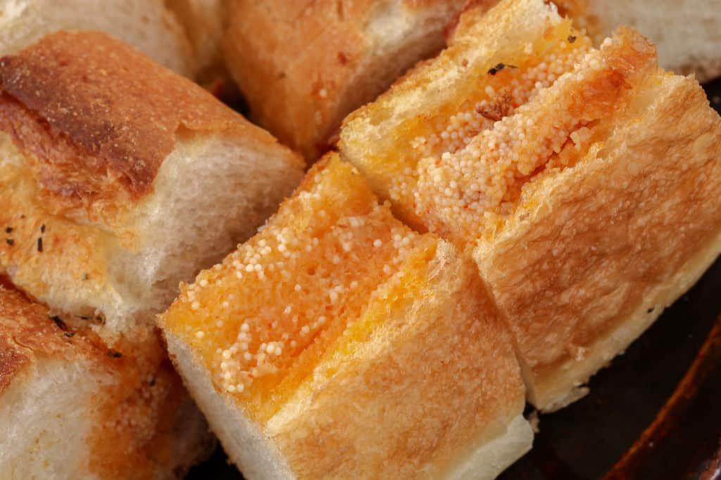 辛子明太子がぎっしり詰まった島本の明太フランスパン