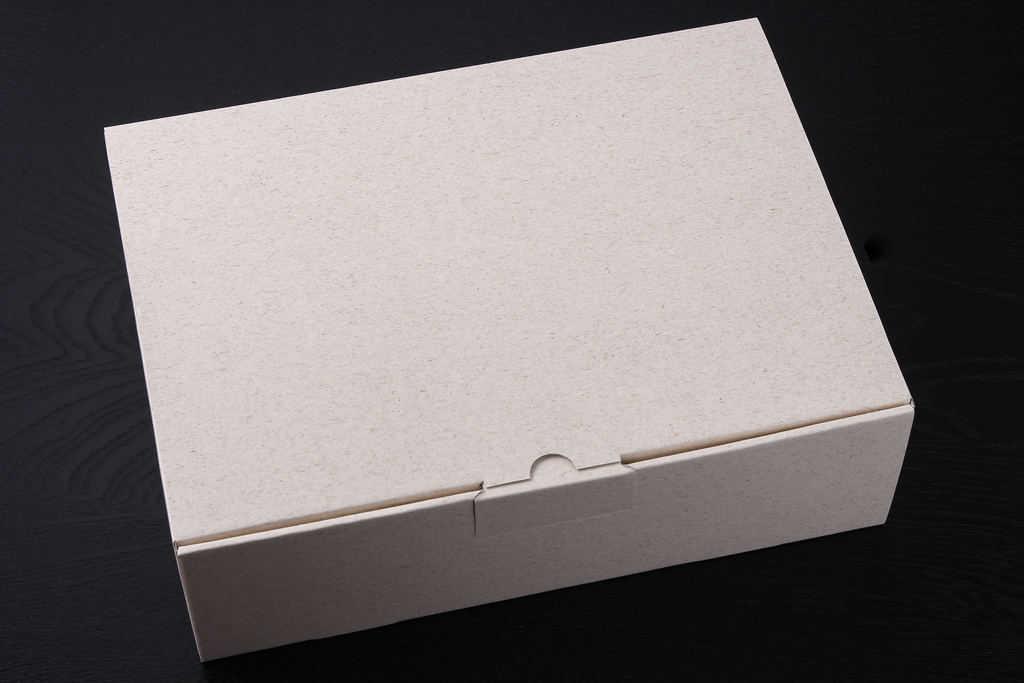 島本の明太フランスパンの入った箱、包装紙をはがした明太フランスパン入りの箱