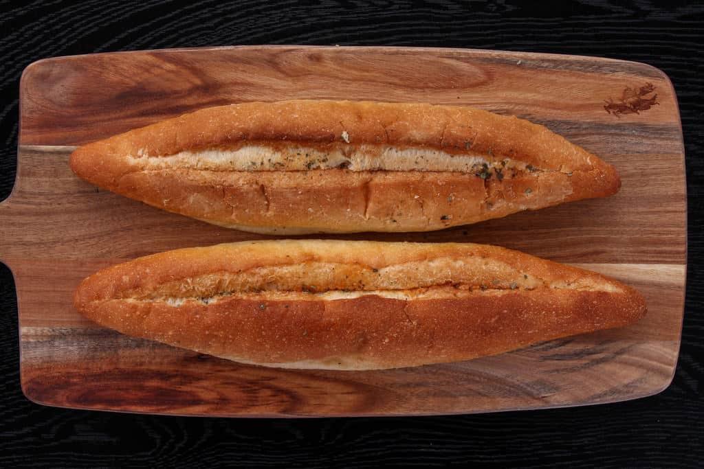 袋から取り出した島本の明太フランスパン2本