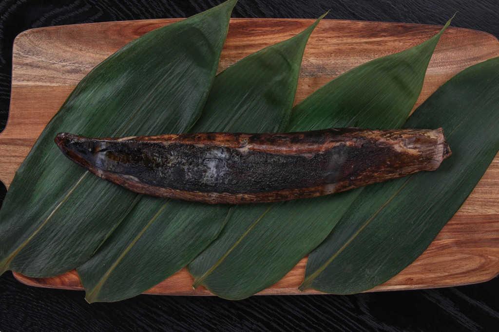 笹の上に乗せたわら焼き生鰹たたき1節