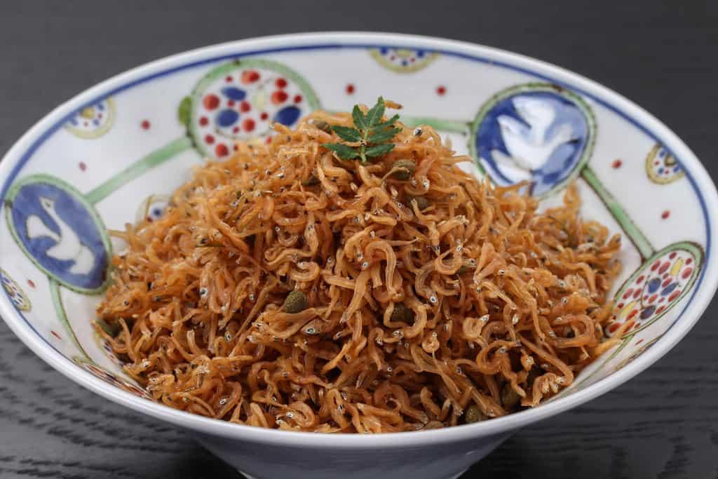器に盛り付けた京都はれまのチリメン山椒、木の芽とちりめん山椒