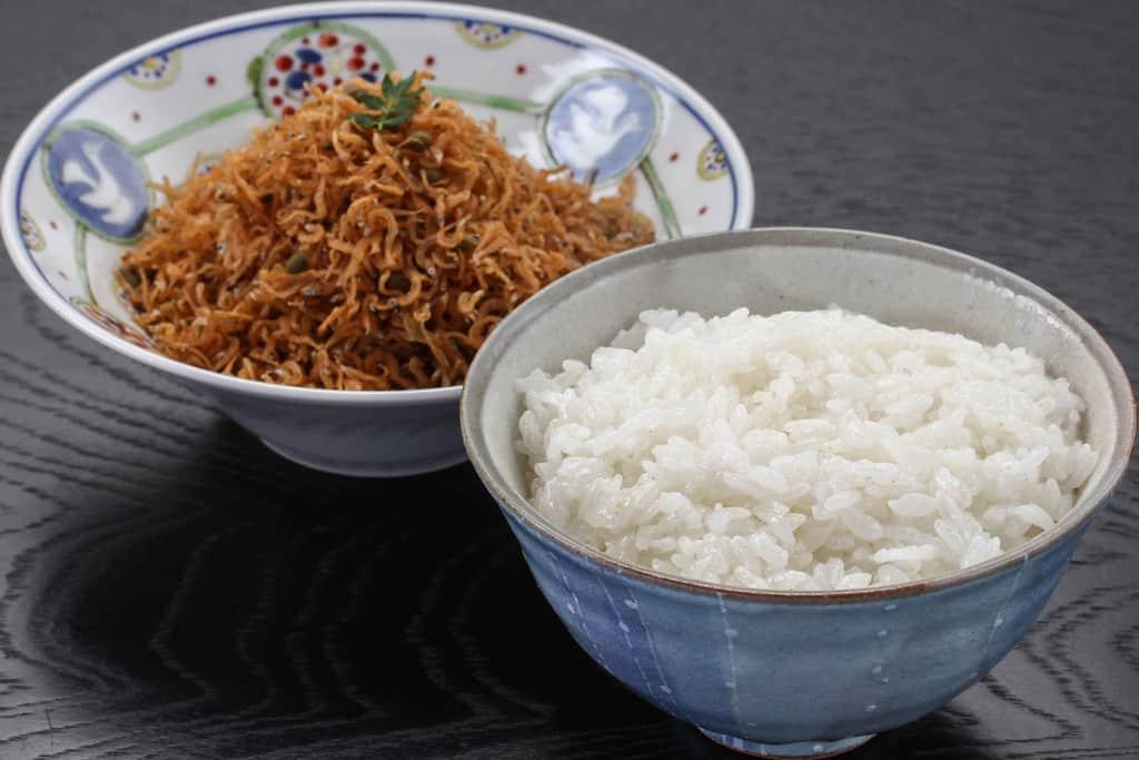 茶碗一膳の白いご飯と京都はれまのちりめん山椒