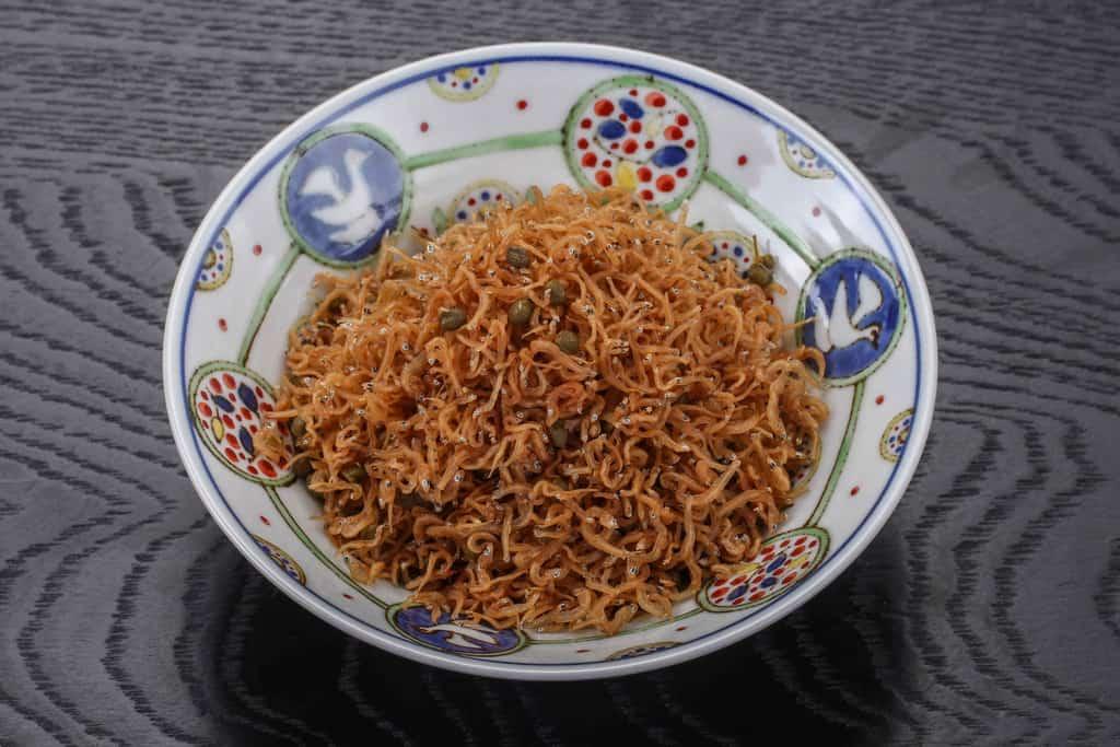 チリメン山椒の袋の中身を全て皿に入れる