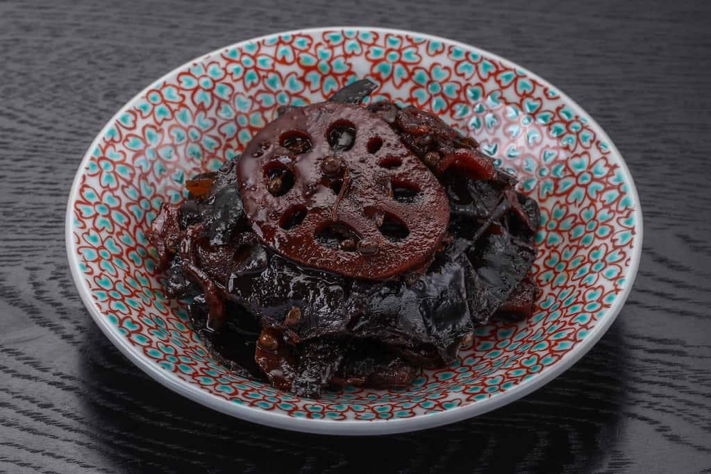 京都はれまの野菜昆布を皿に盛り付け