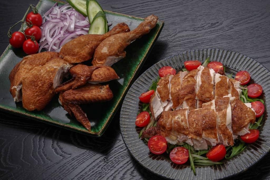 劉家荘の焼鶏1羽をカットして皿に盛り付け