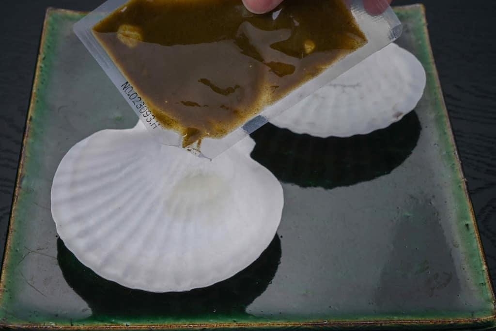 ホタテ貝殻の上に肝ソースを入れる