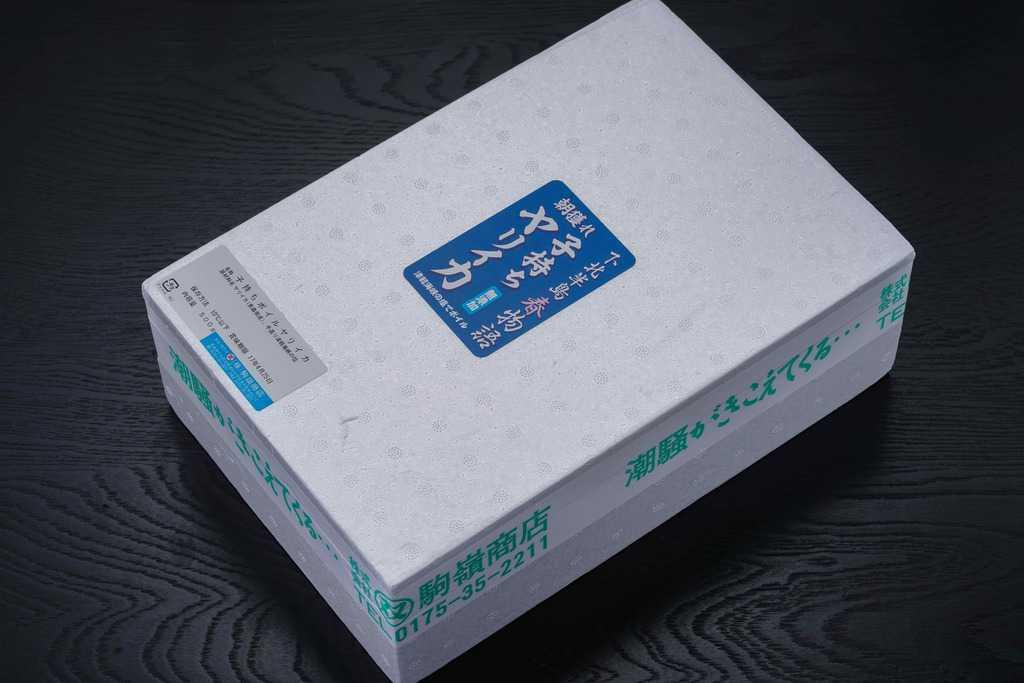 青森県の駒嶺商店から届いた子持ちヤリイカの入った発泡スチロール容器