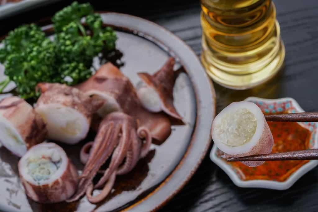 ビールと子持ちヤリイカ、子持ちヤリイカを生姜醤油につけて
