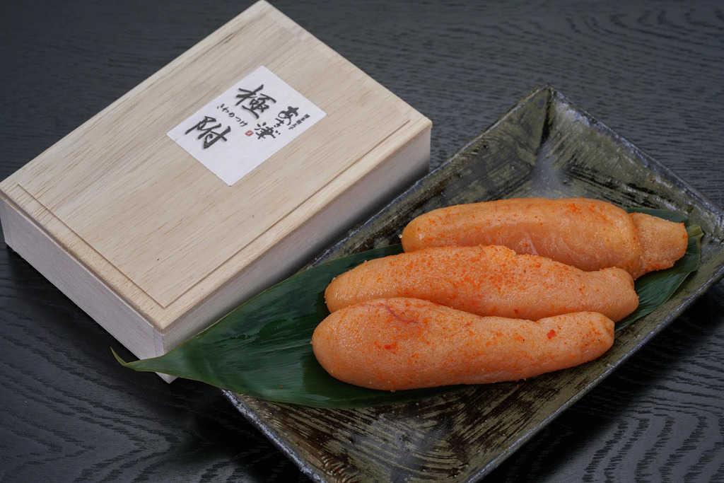あき津゛の辛子明太子「極附きわめつけ」を桐箱から取り出し皿に並べる