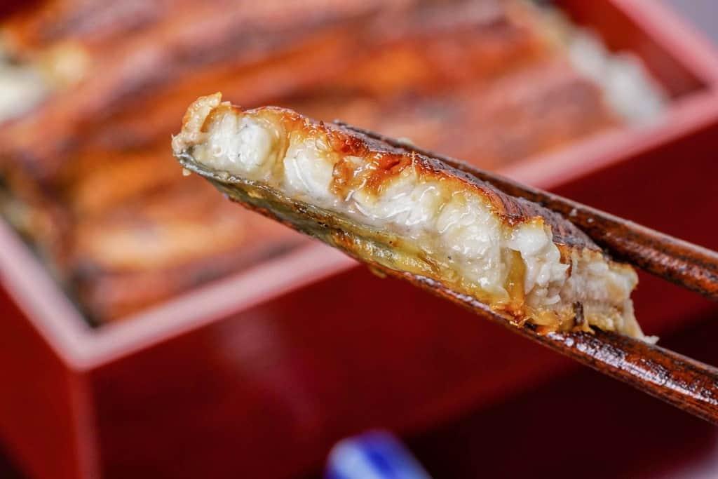 箸で持って厚みがわかる大五うなぎ工房のうなぎ蒲焼「駿河大五郎」、うなぎ蒲焼の断面