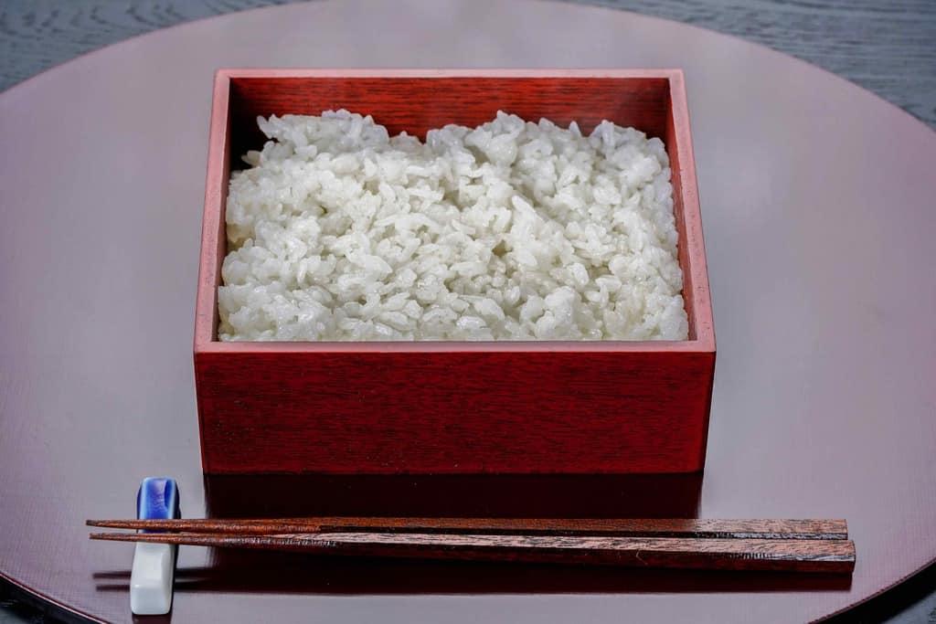ご飯の入ったうな重用の重箱と箸