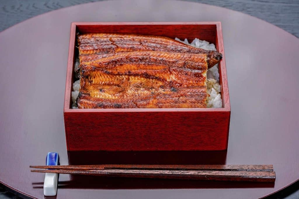 大五うなぎ工房の「駿河大五郎1尾」のうな重、折敷に乗ったうな重と箸と箸置き、うな重、うな丼