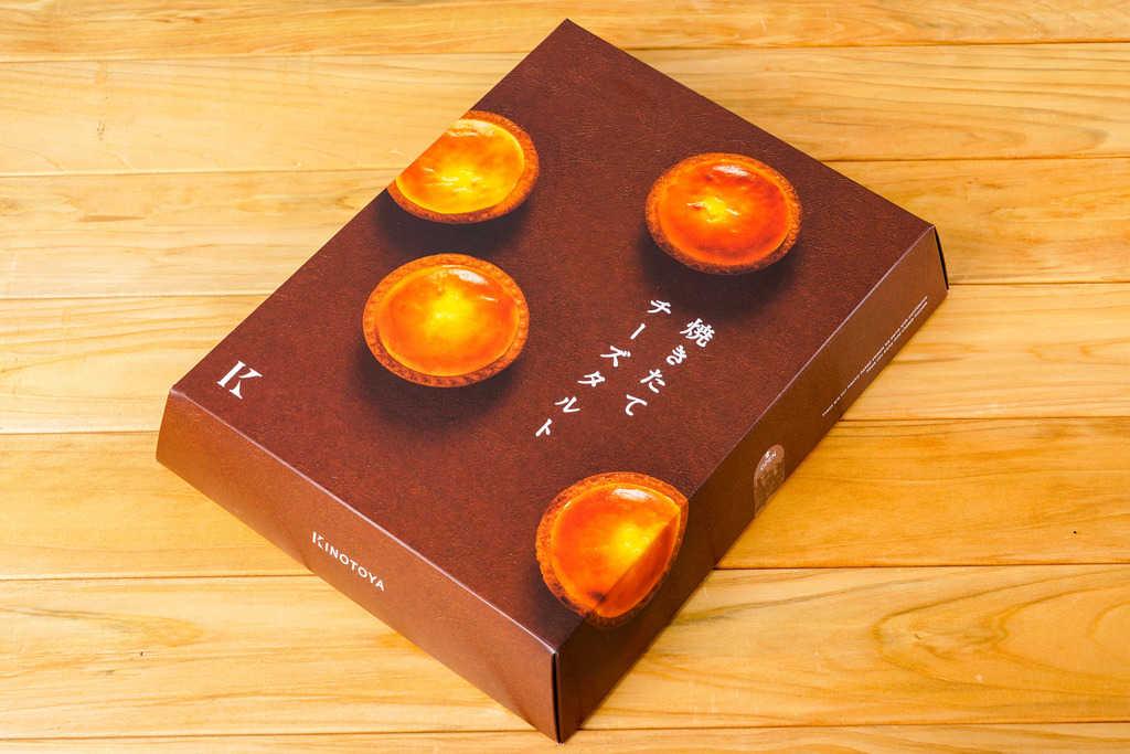 洋菓子きのとやの「焼きたてチーズタルト」のパッケージ、焼きたてチーズタルトの外箱、通販・お取り寄せスイーツ