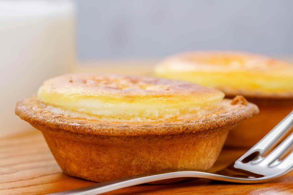 オーブンで加熱して表面のチーズ部分が盛り上がった焼きたてチーズタルト