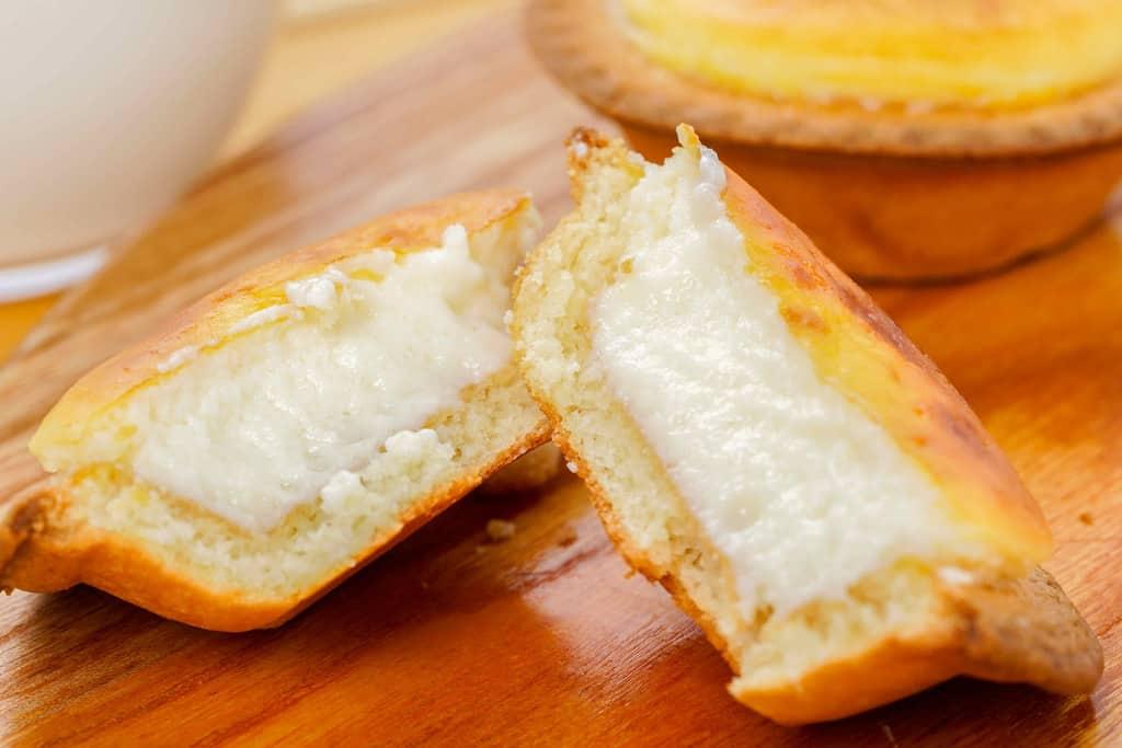 半分に割った焼きたてチーズタルト