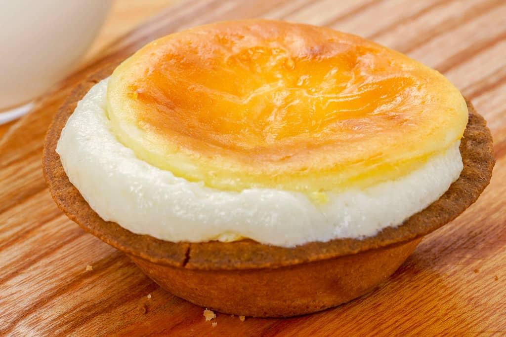 加熱してチーズ部分がこぼれそうな焼きたてチーズタルト