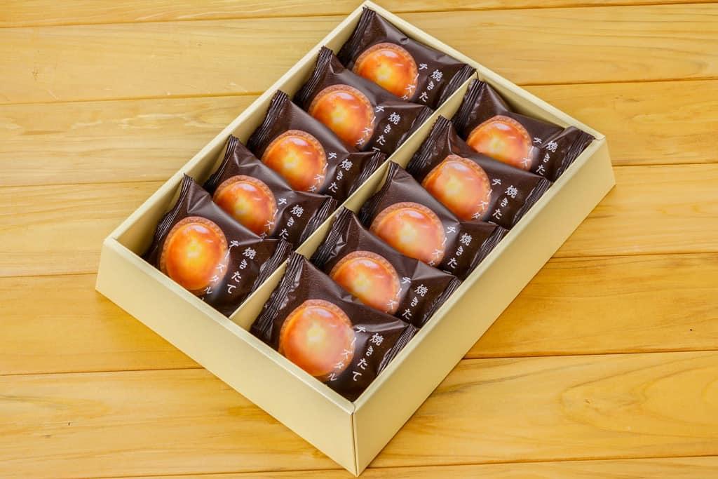 箱に入った洋菓子きのとやの「焼きたてチーズタルト」10個、通販・お取り寄せ北海道スイーツ