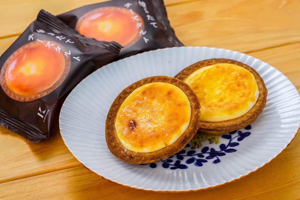 袋から取り出して皿に盛り付けた2個の焼きたてチーズタルト