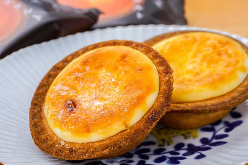 皿の上の焼きたてチーズタルト、お取り寄せスイーツ